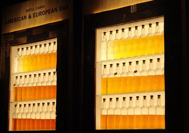 Наглядное пособие: как виски набирает цвет и теряет объём. Одна бутылка символизирует один год выдержки