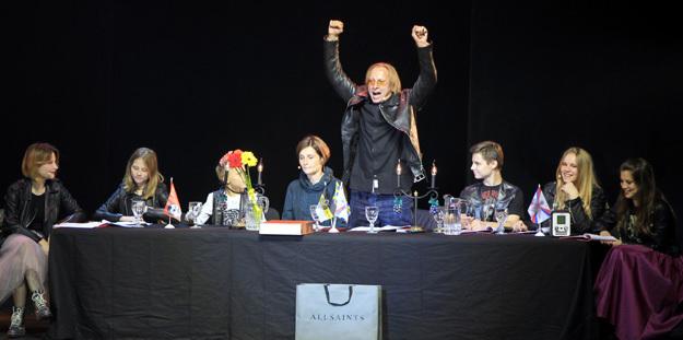 Семья Ивана Ивановича разместилась за столом прямо на сцене