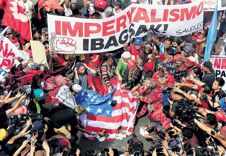 По данным Social Weather Stations, к США доверие испытывают 76 процентов филиппинцев, тогда как к Китаю только 22. Громкие слова и спектакли с сожжением американского флага - не более чем намек янки подкинуть еще денег. Фото: © Reuters