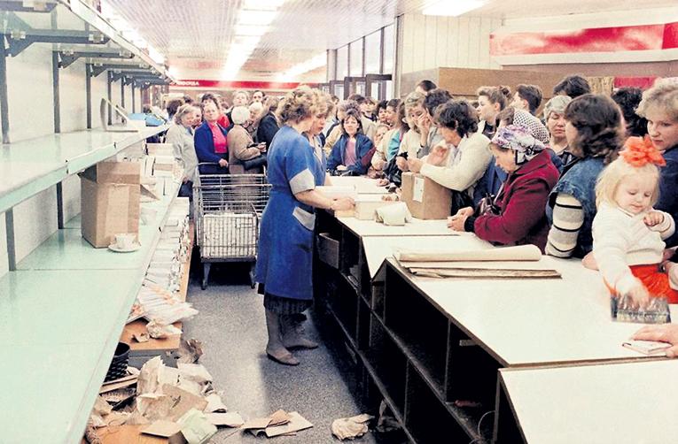 Осенью 1991 года в столице люди с утра дежурили в пустых магазинах, чтобы купить продукты по талонам