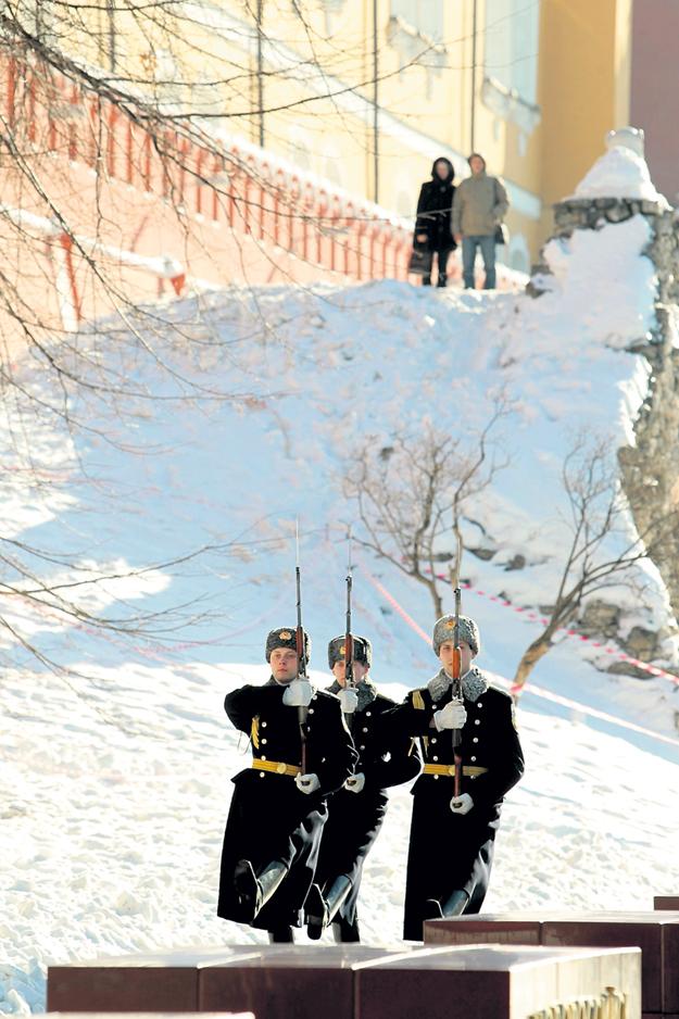 На кремлёвских курсантов интереснее смотреть с необычного ракурса. Фото Михаила ФРОЛОВА/«Комсомольская правда»