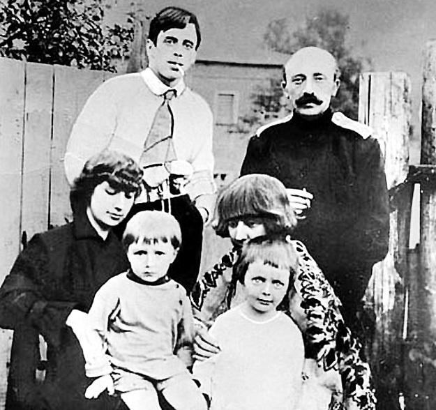 Анастасия и Марина ЦВЕТАЕВЫ с мужьями и детьми. МИНЦ - справа