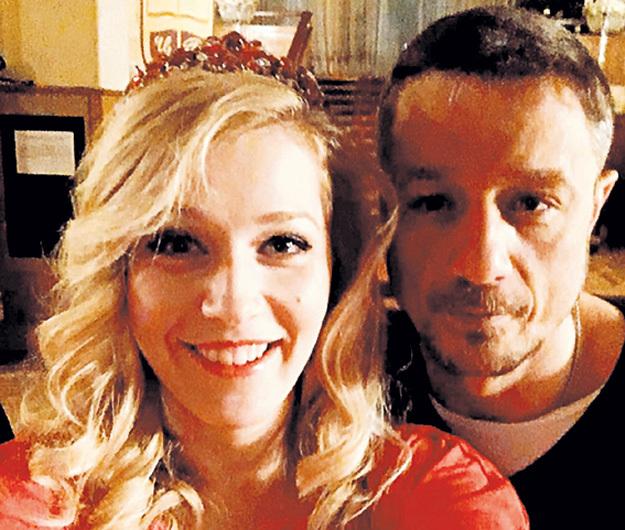 То самое новогоднее фото: Карина рядом с Алексеем светится от счастья. Фото: Instagram.com