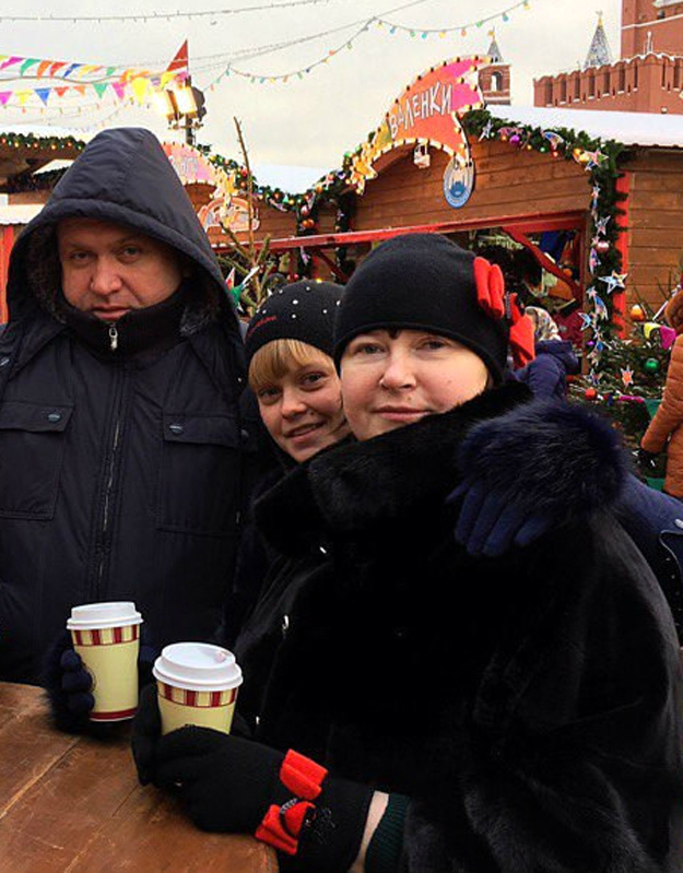 Наталья ЦЕПОВЯЗ с дочерью Оксаной и братом Иваном на Красной площади. Фото с сайта vzenite.info