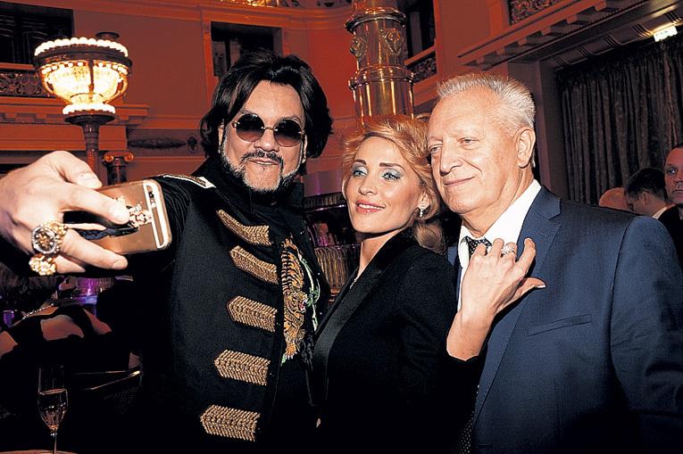 Два бывших мужа Аллы Борисовны - КИРКОРОВ и БОЛДИН - селфились для «Инстаграма» почти без перерыва (прекрасная девушка на фото - жена БОЛДИНА, Марина, с которой его свёл в своё время как раз-таки ЛЕЩЕНКО)