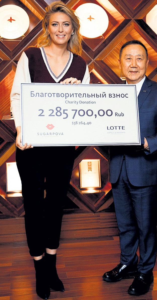 Маша выписала чек на поддержку детских домов. Фото: twitter.com/sugarpova