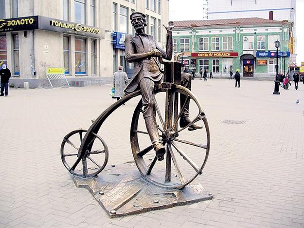 Памятник изобретателю велосипеда Ефиму АРТАМОНОВУ в Екатеринбурге. Фото с сайта Alkatrion.com