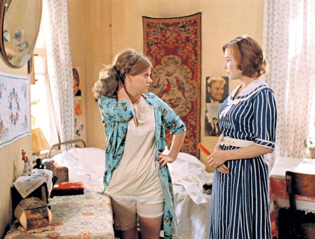 Истинные модницы, как героиня Ирины МУРАВЬЁВОЙ в фильме «Москва слезам не верит» (1979), умудрялись в любой обстановке выглядеть соблазнительно
