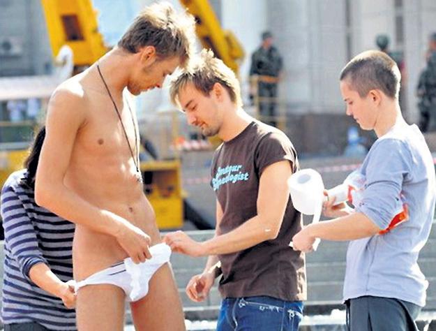 На съёмках клипа БАДОЕВ подкладывал в трусы Макса туалетную бумагу, чтобы показать его с выгодной стороны