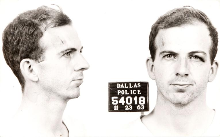 Официальным подозреваемым в убийстве Джона Ф. Кеннеди был Ли Харви Освальд. <i>ФОТО из архива полиции Далласа, 1963 г.<i>