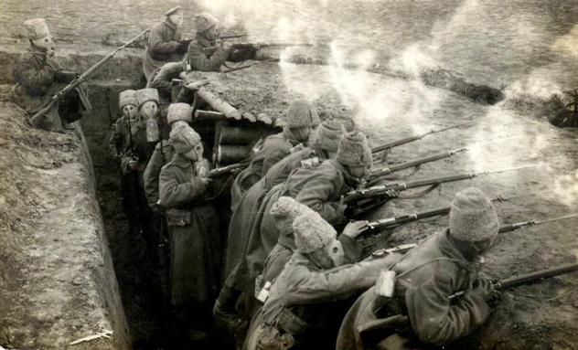Солдаты русской армии в противогазах отражают атаку немецкой пехоты, 1916 год. Источник: Википедия