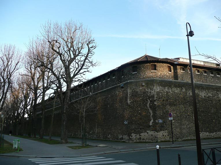 Северная стена тюрьмы Санте, выходящая на бульвар Араго. На этом бульваре был казнён Горгулов. Источник: wikipedia.org
