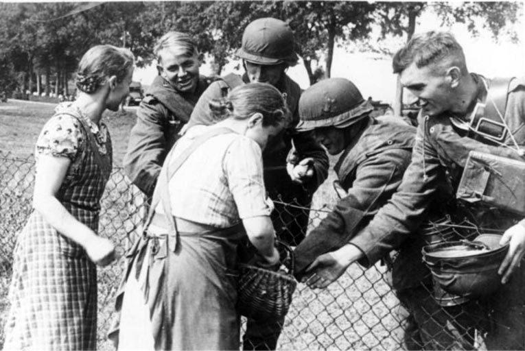 Польские женщины угощают немецких солдат хлебом