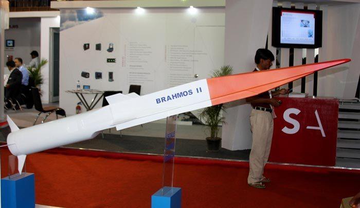 Модель ракеты BrahMos-II  на выставке DefExpo-2014. Источник: brahmand.com