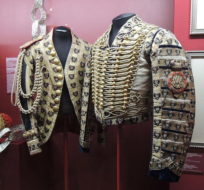 Парадный кафтан лейб-форейтора и выездная парадна жокейская куртка Придворно-конюшенного ведомства образца 1881 года. Источник: Википедия