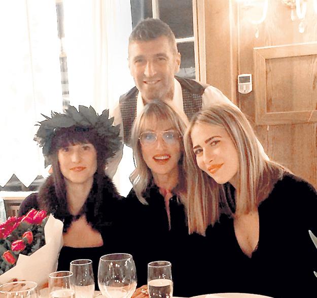 Любимые женщины итальянца Массимо КАРРЕРЫ: супруга Пинни (в центре) и две дочери - Франческа (слева) и Мартина. Они тоже выпили за победу «Спартака». Фото: Instagram.com