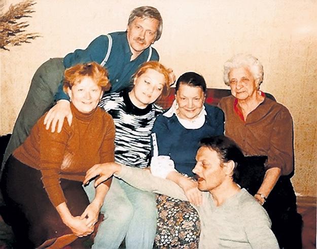 Александр (внизу) с матерью Галиной Александровной (вторая справа) и супругой Далей (вторая слева)