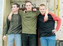 ТРИ БОГАТЫРЯ: Саша Творогов (в центре) уходил в армию под песни Юлии Волковой