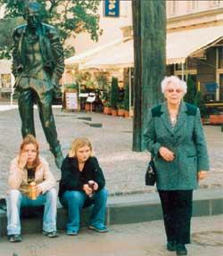 ЗОЯ ВАСИЛЬЕВНА НА АРБАТЕ: на фоне памятника Окуджаве и молодежи, которая давно убежала за &#034Клинским&#034 (октябрь 2004 г.)