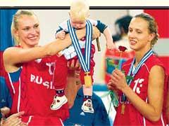 ЦЕНТРОВАЯ КАЛМЫКОВА (справа): скоро тоже станет мамой, как ее подруга по сборной Маша Степанова