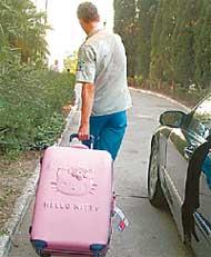 РОЗОВЫЙ АКСЕССУАР: вся одежда звезды уместилась в чемоданчике с кошачьей рожей