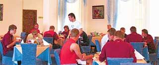 В РЕСТОРАНЕ АЛЕКСАНДР КЕРЖАКОВ (в белой майке, в центре): «Я в последний раз спрашиваю, кто взял мой компот?!»