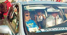 АЛОНСО: усадив своих дам на заднее сиденье, помогал шоферу рулить