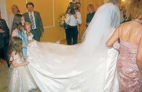 ФАТА НЕВЕСТЫ: ее подол держали во время церемонии три девочки