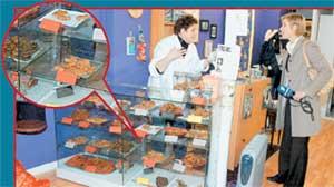 АГАЛАКОВА В СОБАЧЬЕЙ БУЛОЧНОЙ: продавщица убеждает репортера, что местную стряпню можно есть и человеку