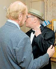 СТАРЫЕ ДРУЗЬЯ: Лев Дуров показал Альберту Филозову шрам от недавней операции