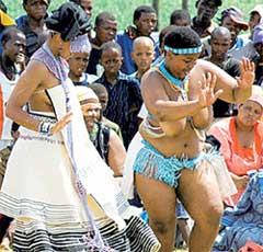 ТАНДО С ПОДРУГОЙ ИЗ ПЛЕМЕНИ КСХОСА: исполняют ритуальный танец