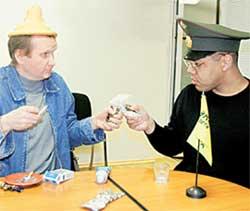 ИСПЫТАТЕЛИ ВОВОЧКА КАЗАКОВ И САМСОН ШОЛАДЕМИ: чокаясь пластиковыми пакетами изображали межпланетную встречу с братьями по разуму
