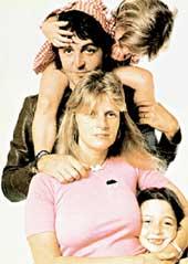 ДРУЖНАЯ СЕМЬЯ (1975 г.): чета Маккартни с дочерьми Мэри и Стеллой