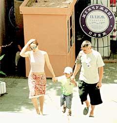 СЧАСТЛИВЫ ВМЕСТЕ: Екатерина с сыном Алешей и мужем Владимиром