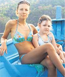 НА ЛОДОЧКЕ: Елена с дочуркой на отдыхе