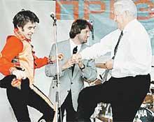 ПРЕДВЫБОРНОЕ ШОУ: в 1996 году Женя пел и плясал с Борисом Ельциным
