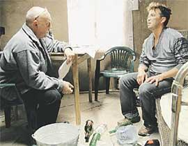 В КОМНАТЕ ВАСЬКИ-БОМЖА: Добрынин и Рожко репетируют сцену