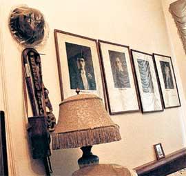БЕСЦЕННЫЕ РЕЛИКВИИ: на стене - любимая шляпа Ивана Козловского, его трость и другие личные вещи