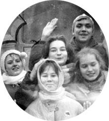 С ВИКОЙ ТОЛСТОГАНОВОЙ (КРАЙНИЕ СПРАВА): на гастролях в г. Пущино, 1985 год
