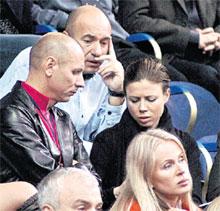 КРУТОЙ (В БЕЛОМ): «Интересно, от кого пришла «эсэмэска» Полине Юмашевой?» (слева - Леонюк)