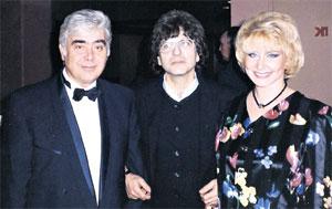 ТАЛАНТЫ И ПОКЛОННИКИ: Днепров с женой Ольгой и певцом Симоном Осиашвили (середина 90-х годов)