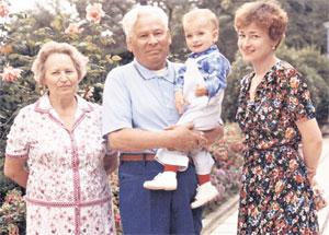 ГЛАВНЫЙ ПАПА В СТРАНЕ (1983 год): с женой, внуком Дмитрием и дочерью Еленой