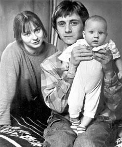 ФОТО ИЗ СЕМЕЙНОГО АРХИВА: маленький Степа с мамой и папой