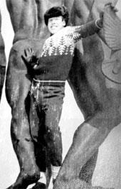 ЗИМНИЕ ЗАБАВЫ: в свободное от катания на лыжах время Макар любил позировать перед фотокамерами одноклассниц (Москва, Измайловский парк, 1969 г.)