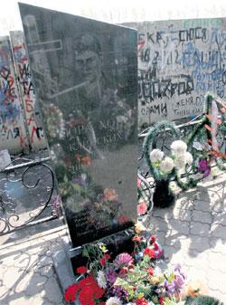ПОСЛЕДНЕЕ ПРИСТАНИЩЕ: на могиле Юрия Клинских (Хоя) на Левобережном кладбище Воронежа всегда живые цветы