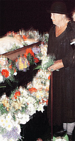 В 2006 году Вия АРТМАНЕ появилась на похоронах своего друга и коллеги Эдварда ПАВУЛСА с забинтованными ногами. Уже тогда она тяжело болела…