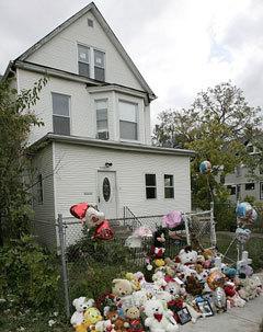 Цветы и игрушки принесли друзья к дому Хадсонов