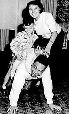 Фаина с супругом Цзян Цзинго и старшими сыновьями в Китае