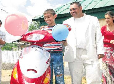 Папа вручил сыну-победителю скутер