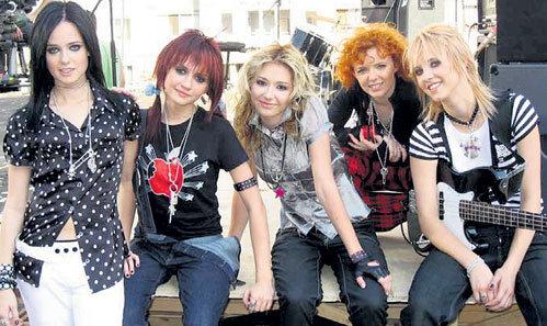 Лера (в центре) прежде была душой коллектива